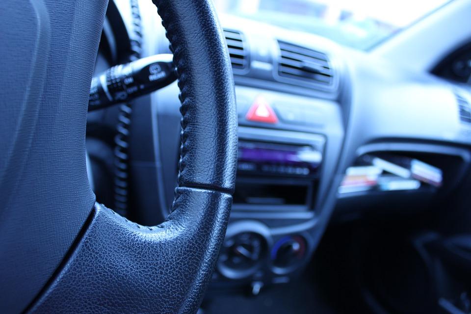 Pozor na řidiče! 17 % jich za volantem nevidí!
