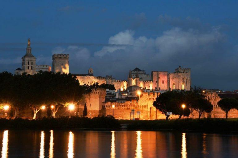 noční Avignon